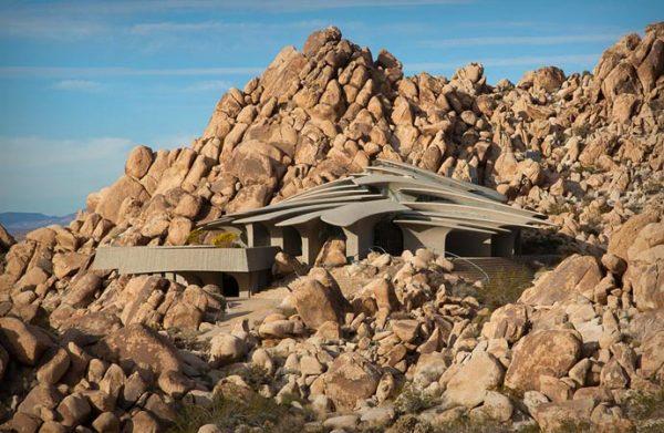 Вилла в пустыне, гармонирующая со скалистым пейзажем