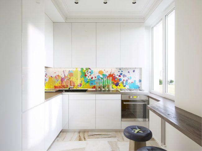 Минималистичная белая кухня с ярким стеклянным фартуком и угловой мойкой