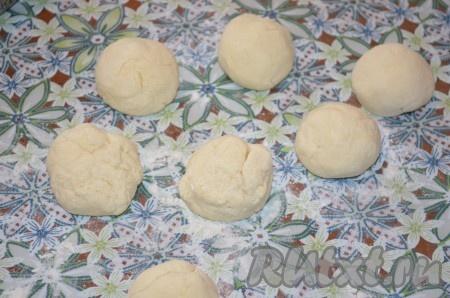Разделить тесто на одинаковые кусочки (у меня получилось 7 штук), скатать шарики.