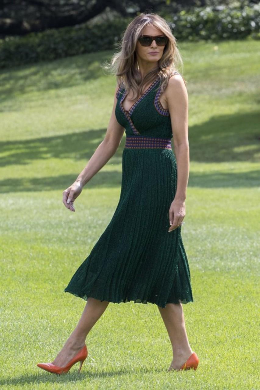 Образ дня: Мелания Трамп в платье Missoni и туфлях Manolo Blahnik