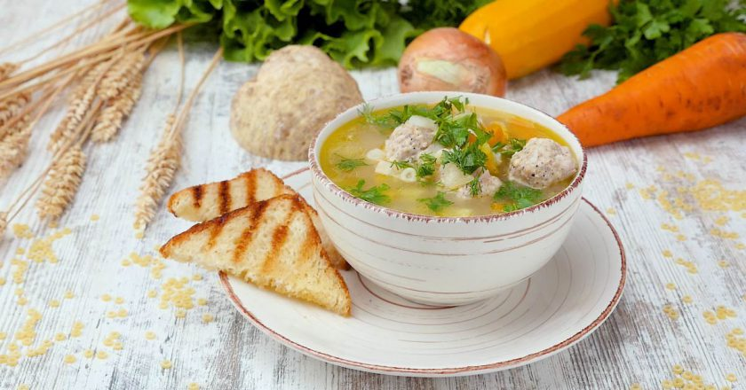 Кабачковый суп с макаронами и ветчиной