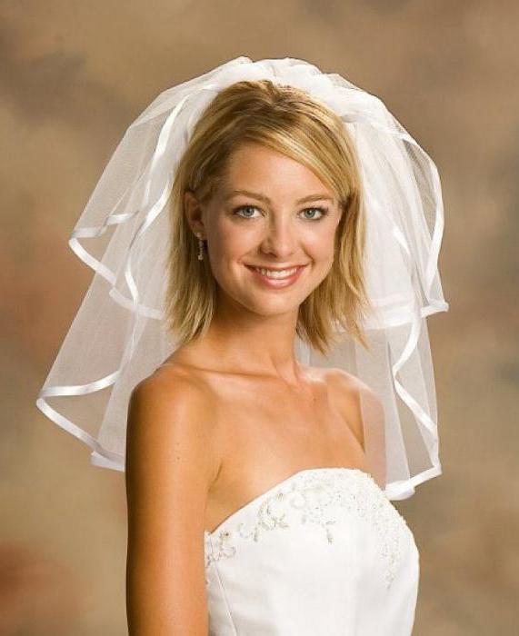 свадебная прическа на волосы до плеч с фатой