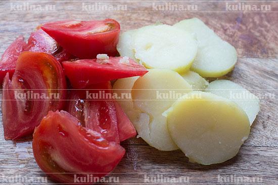 Помидор нарезать дольками, картофель отварить и нарезать кружочками.