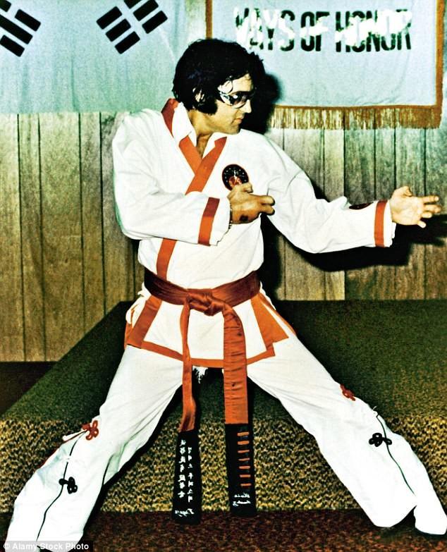Элвис на тренировке по карате. Даже его кимоно отличались эксцентричностью архив, знаменитости, интересно, история, редкие снимки, фото, фотоальбом, элвис пресли