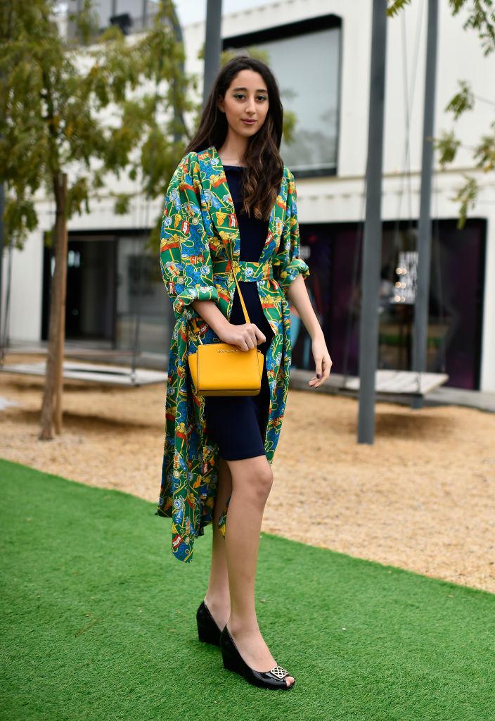 Девушка в платье-рубашке с цветочным принтом