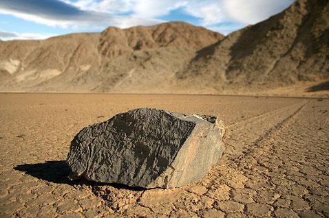 Несмотря на то, что ученые подробно изучали  местоположение и движение камней, они так и не смогли ответить на главный и непростой вопрос: почему  валуны перемещаются?