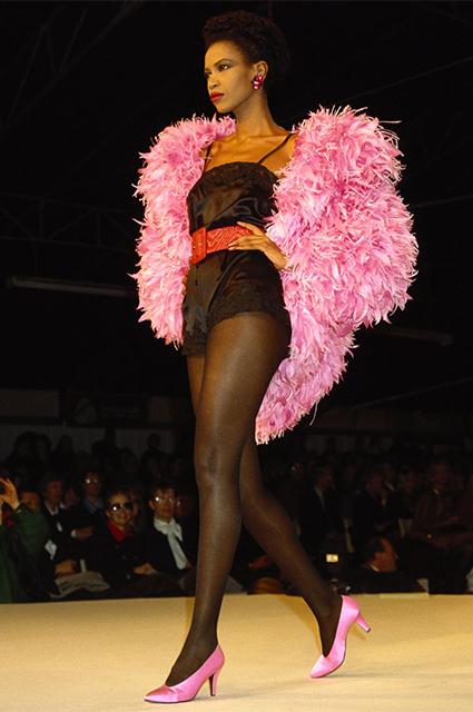 От поклонения богам к модным трендам: как перья тысячелетиями определяли облик людей перья, носили, которые, показе, время, годПоказ, снова, перьями, перьев, Saint, качестве, образов, обществе, стали, Перья, своей, эпохи, Laurent, пучки, больше
