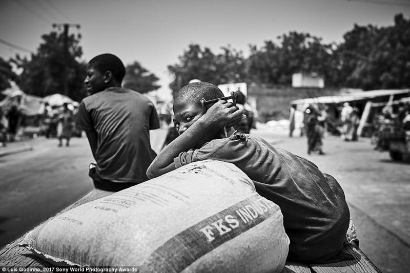 Мальчик охраняет мешок с мукой, Сенегал в мире, дети, жизнь