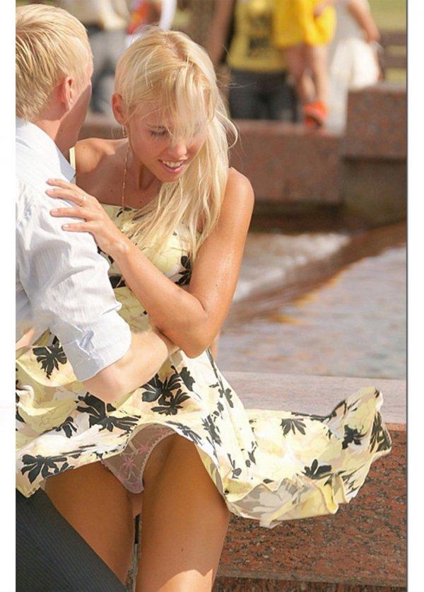 трогание женщин за юбку куча
