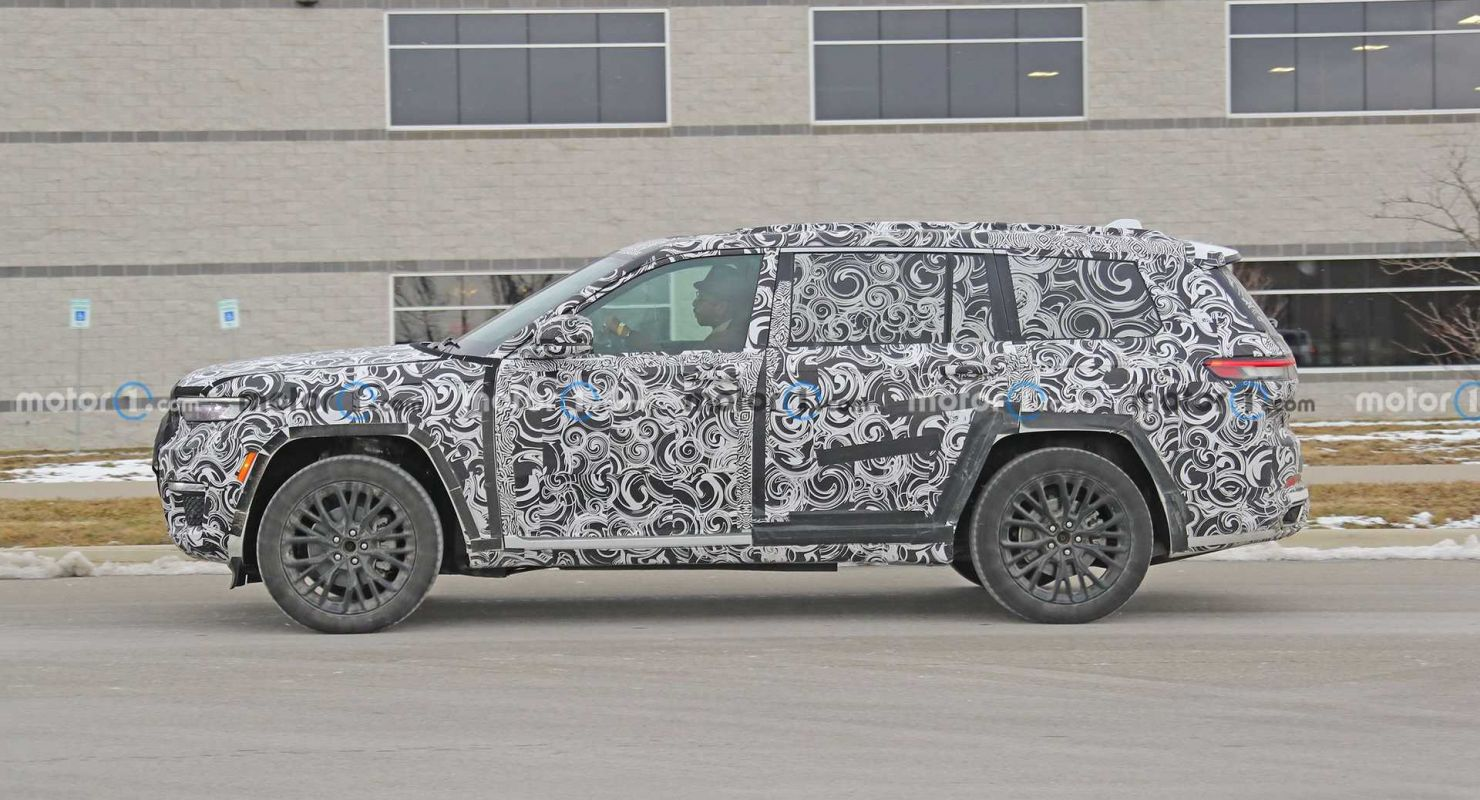 Трехрядный Jeep Grand Cherokee 2022 года засняли на тестах в камуфляже Автомобили