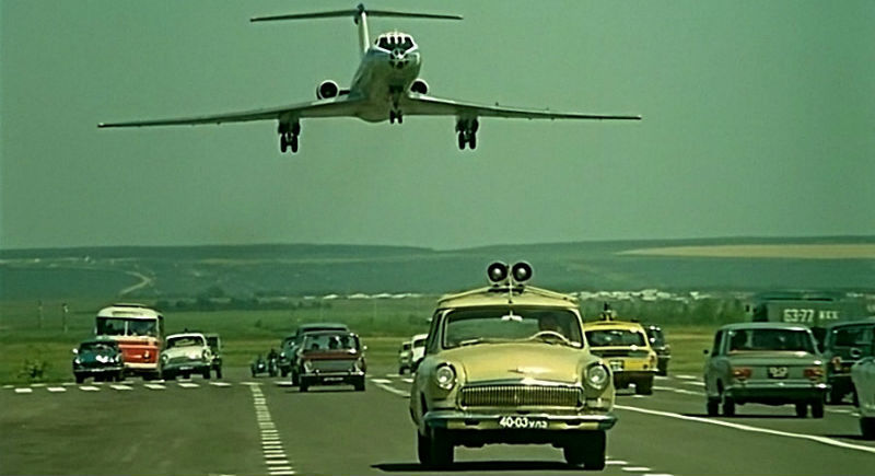 Как снимали опаснейший трюк с посадкой самолета на шоссе в «Невероятных приключениях итальянцев в России»