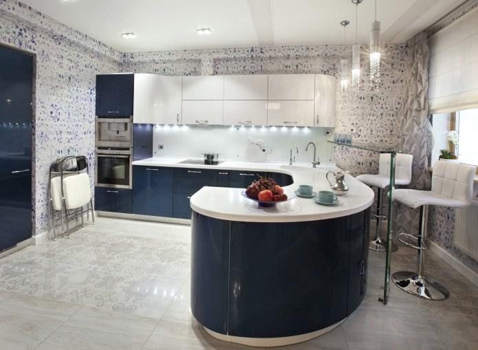 бело-синие обои на кухне