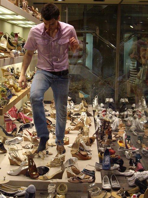 Сотрудникам обувных магазинов в Афинах приходится каждый раз пробираться за витрину в поисках второго предмета из пары страны, факты, это интересно