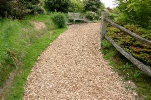 Как использовать дорожки в саду для улучшения почвы