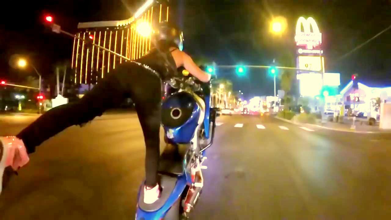 Девушка на мотоцикле! Что она Вытворяет!!!
