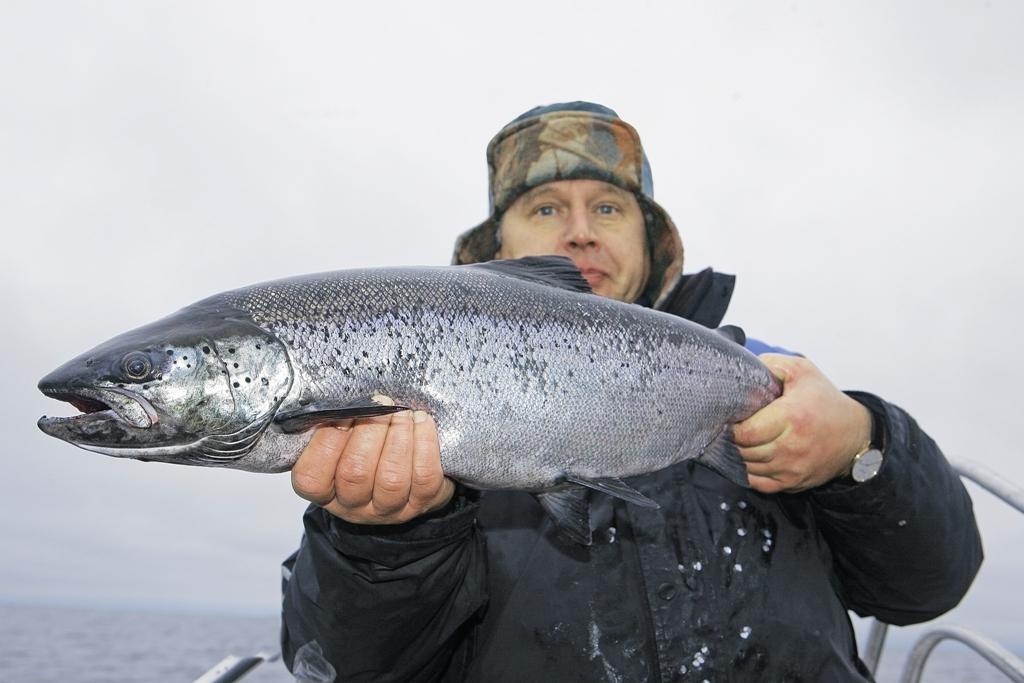 Поймать рыбу таких размеров — большая удача не только на озере!