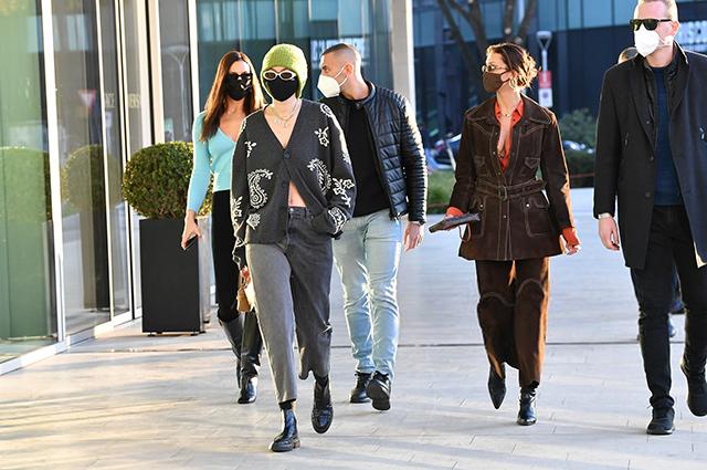 Ирина Шейк, Белла и Джиджи Хадид прилетели на Неделю моды в Милане: образы моделей Новости моды
