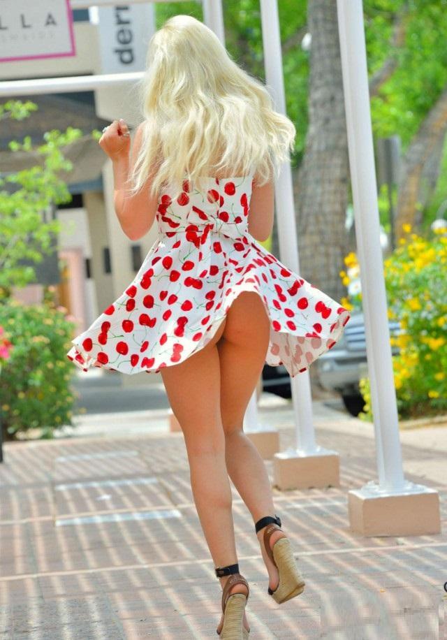 У блондинок под платьем, порно девушки кончают сверху