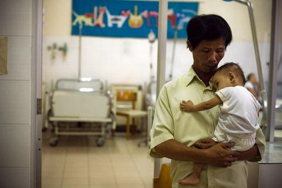 Удивителньая история вьетнамца, который 15 лет хоронил детей из клиники абортов и спас более 100 малышей