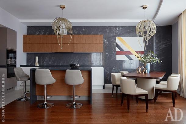 Вид на кухню и столовую. Стена за кухней оформлена литьевым мрамором по эскизам архитектора.