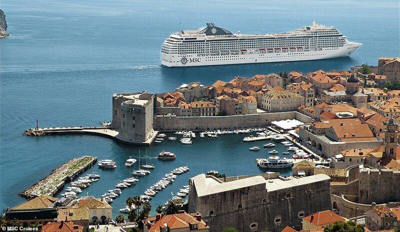 23. MSC Musica, огромный 16-палубный лайнер с 3000 пассажиров, проплывает мимо города Дубровник в Хорватии красиво, красивые места, круиз, круизы, мир, паром, путешествия, фото