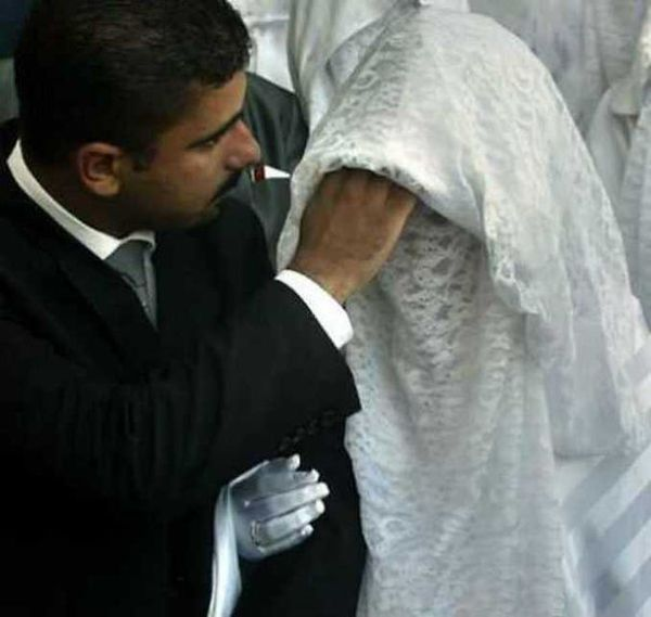 Муж развелся после того как впервые увидел лицо жены