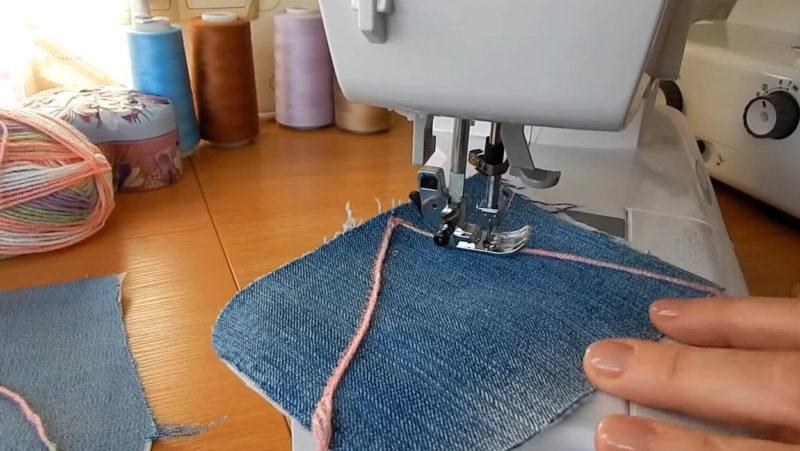 Прекрасная идея переделки джинс новым способом подушки, стороны, сторона, кусочки, пряжу, Пожалуй, джинсовой, Четвёртую, оверлоке, вместе, прошиваем, тканиТри, просто, отрез, сшиваем, Задняя, интерьера, украшения, декоративной, будущей