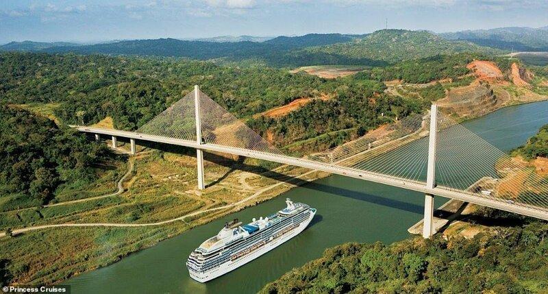 10. Круизное судно Princess Cruises плывет по Панамскому каналу под мостом Столетия, возведенном в 2004 году красиво, красивые места, круиз, круизы, мир, паром, путешествия, фото