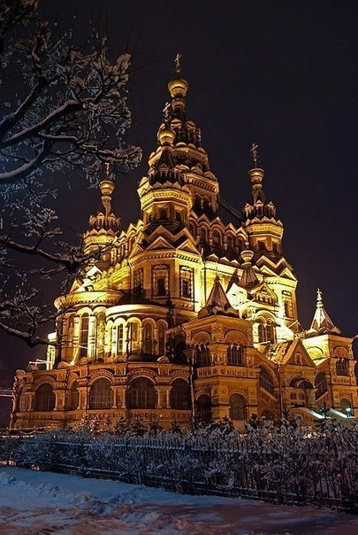 Собор Петра и Павла - красивейший храм в Петергофе.