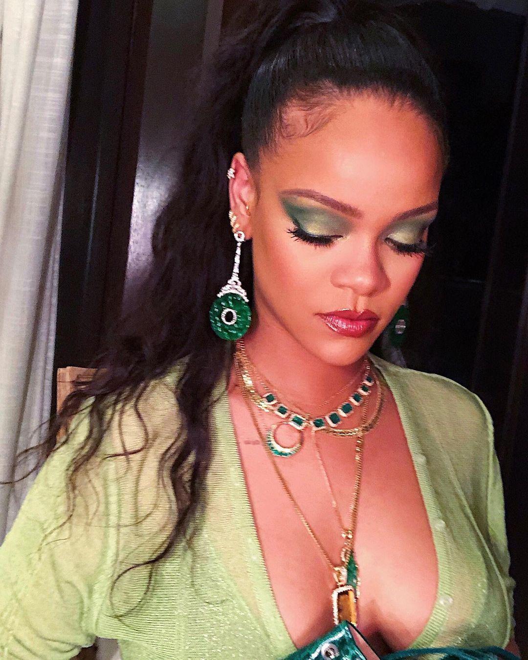 Новогодний бьюти-тренд: делаем макияж с зелеными тенями как у Рианны Новости красоты
