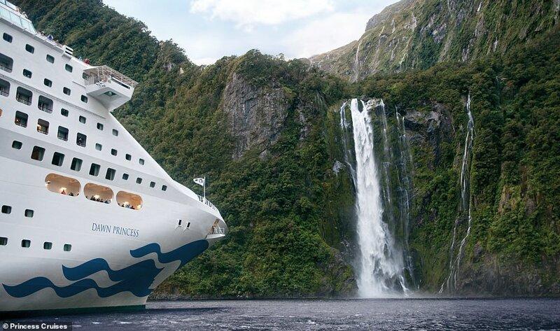 15. Лайнеры Princess Cruises выполняют ряд сложных маршрутов с посещением различных труднодоступных мест. Одно из них - Файордленд, живописный национальный парк в Новой Зеландии, где пассажиры наблюдают мощный водопад красиво, красивые места, круиз, круизы, мир, паром, путешествия, фото