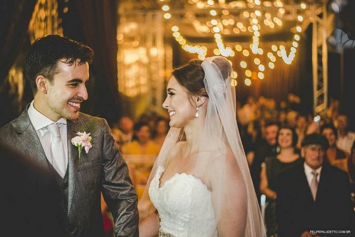В день свадьбы сильный дождь, поэтому свадьбу пришлось проводить под навесом гость, милота. добро, невеста, собака. свадьба. животные