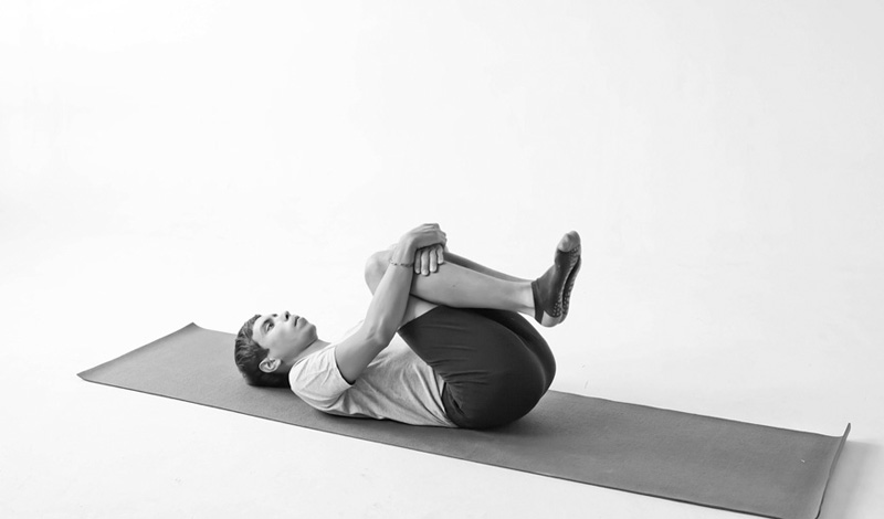Качели Здесь вам не придется даже двигаться. Просто подтяните ноги, согнутые в коленях к груди и задержитесь в таком положении секунд на 30-40. Это упражнение немного растянет и разомнет ваш позвоночник.