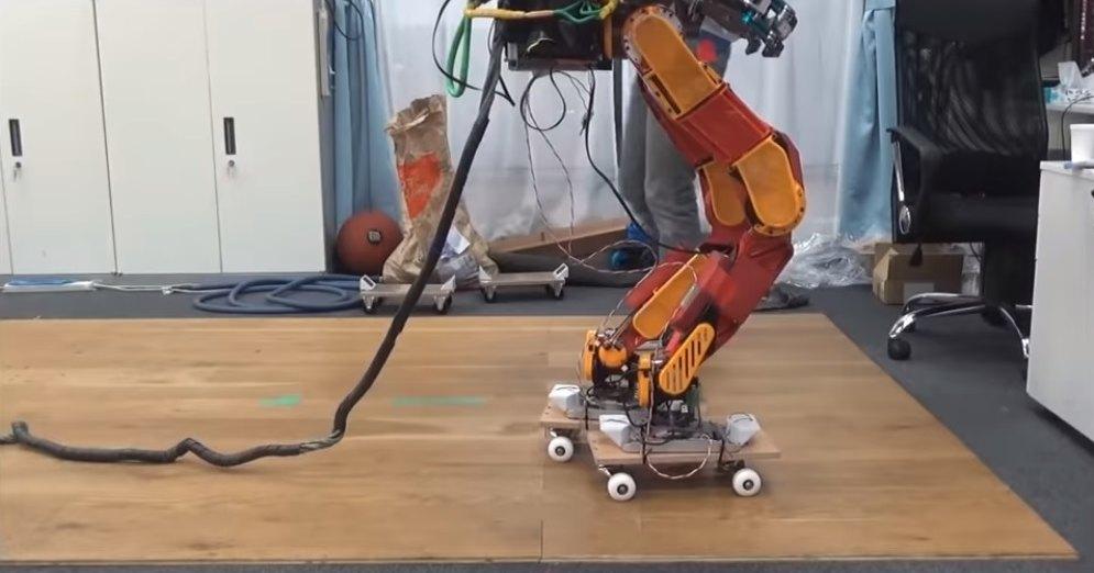 JAXON: робота научили кататься нароликах искейтборде