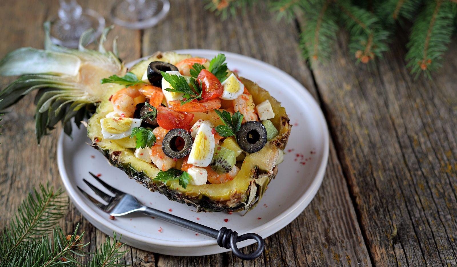 Салат с креветками в ананасе готовим дома,кулинария
