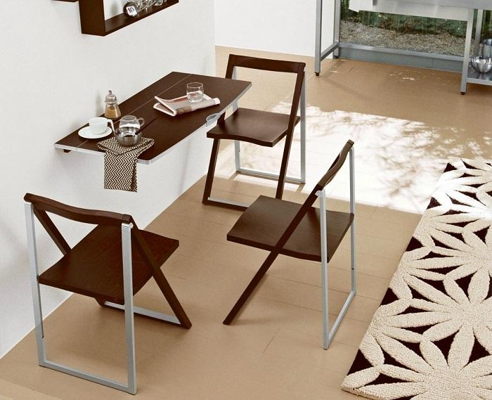 Складные стулья можно будет убрать в шкаф или кладовку. / Фото: interiorsmall.ru