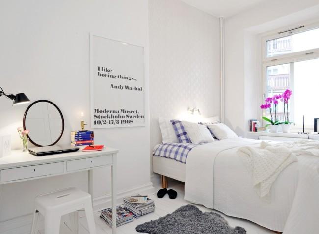 Если поставить кровать у окна, вы не только сэкономите пространство в комнате, но и сможете наслаждаться видом с окна не вставая с кровати