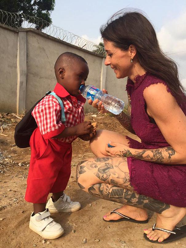 Это его первый день в школе, ровно через год после того, как он был спасен... дети, доброта спасет мир