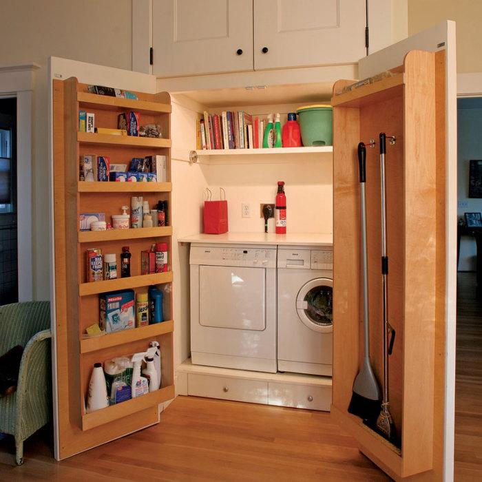 Компактная прачечная, скрытая за дверьми гардеробной.