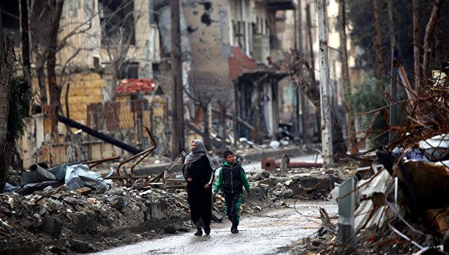Жители Ракки на улице города. Архивное фото