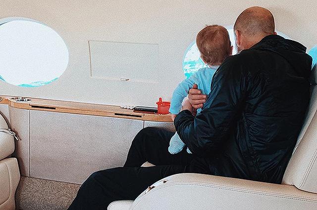 Рози Хантингтон-Уайтли и Джейсон Стэтхем с сыном вернулись домой после отпуска на островах