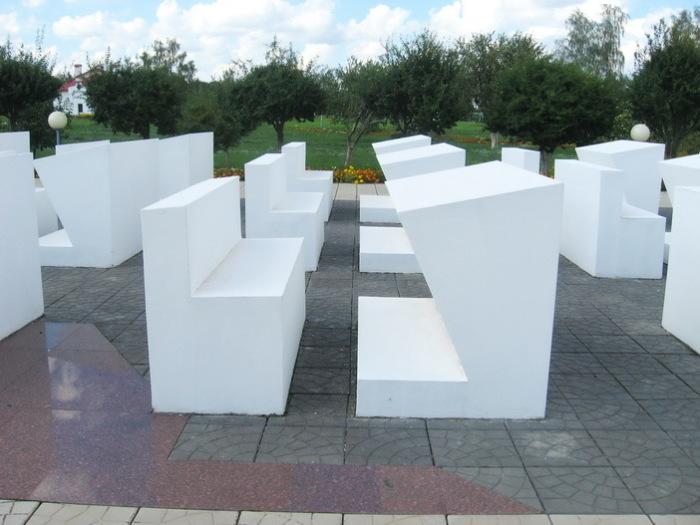 Беленькие, аккуратные, сделанные из бетона скамеечки и парты изображают школьный класс, только не обычный, а мёртвый. Из него течёт река крови./Фото: ic.pics.livejournal.com