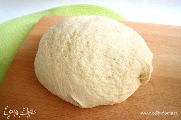 Вынуть тесто из пакета, положить на разделочную доску, смазанную оливковым маслом. На такой поверхности лучше работать с ним.