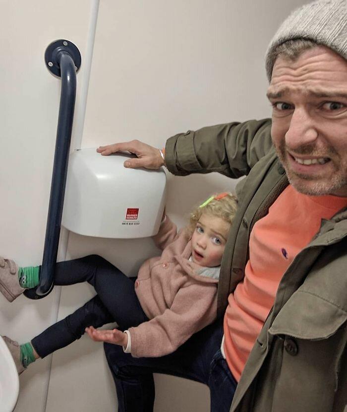 15. Папы тоже меняют подгузники. К сожалению, в мужских туалетах до сих пор нет пеленальных столиков Отец года, дочери, инстаграм-аккаунт, отец герой, отец и дети, отцовство, родительство, семья