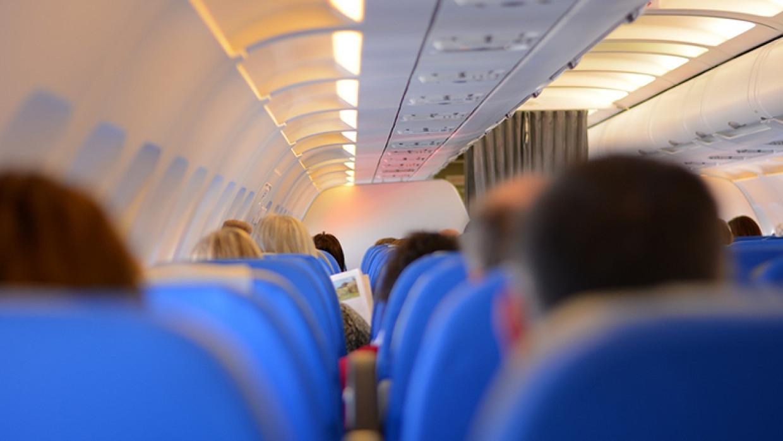 Отказ надеть маску в самолете обернулся американцу штрафом в 10 тысяч долларов Общество