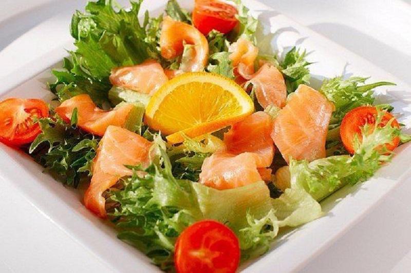 быстрый салат без майонеза с кусочками семги