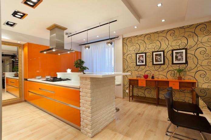 обои в интерьере кухни с оранжевым гарнитуром
