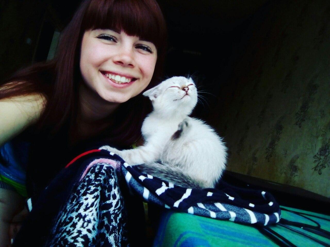 котенок с девушкой