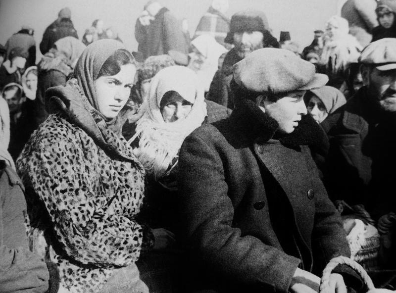 Евреи из города Лубны перед расстрелом в Засульском яру вблизи города. По данным «зондеркомандо 4а», которое проводило уничтожение евреев в Лубнах, 16.10.1941 г. были убиты 1865 человек.