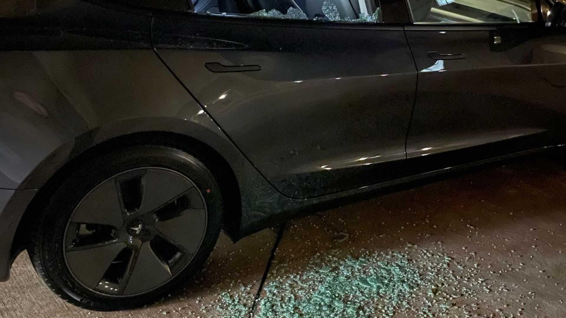 В Tesla Model 3 лопаются стёкла задней правой двери Новости